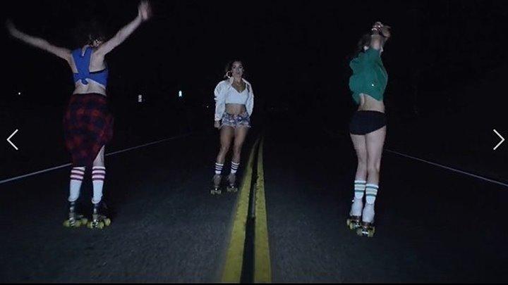 Девушки классно катаются на роликах ;)