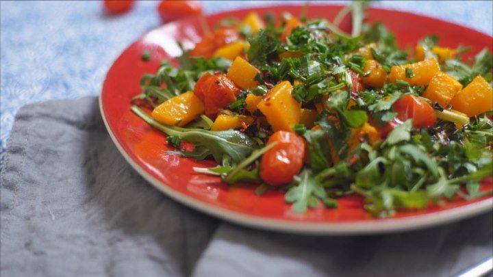 Как приготовить теплый салат из тыквы с помидорами черри и рукколой