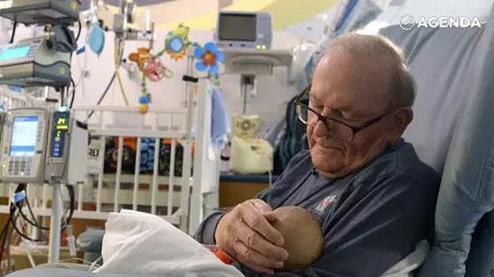Добрый дедушка нянчит недоношенных детей в больнице