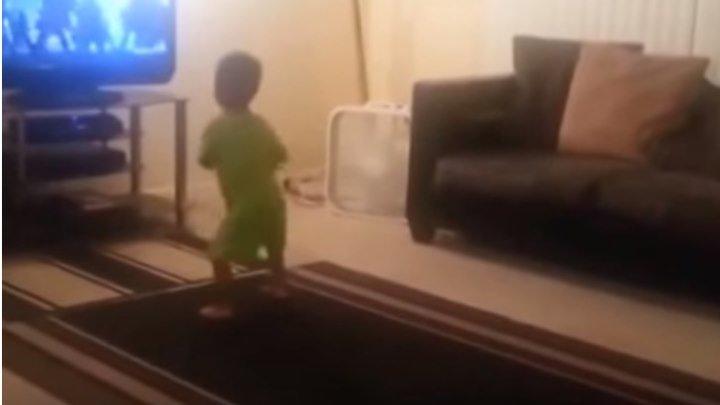 Малыш думал, что его никто не видит Но мама успела это заснять