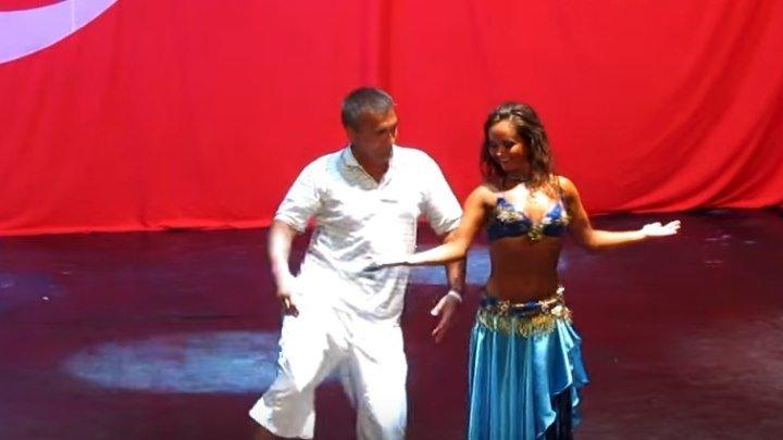 Русский турист танцует с восточной девушкой !