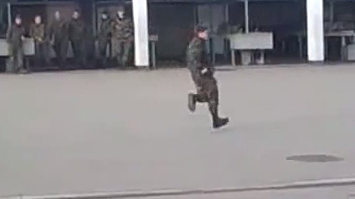 Солдат танцует как Майкл Джексон! Здорово!!!