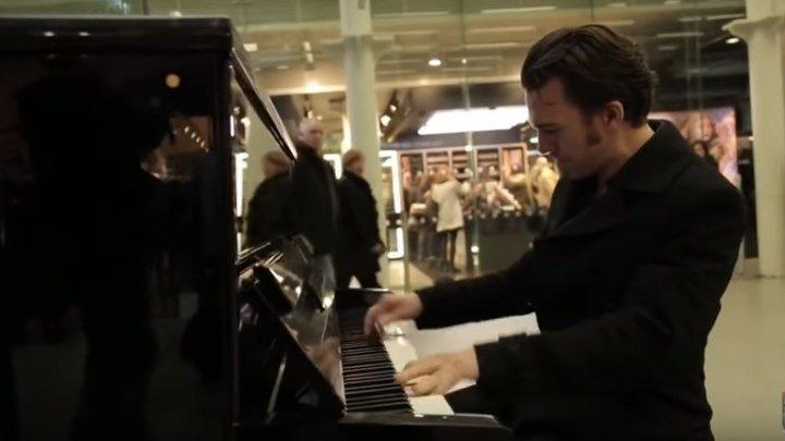 Уличный пианист собрал толпу за 5 минут