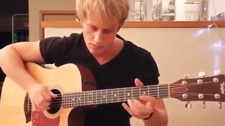 Невероятно круто играет на гитаре! Заслушаешься