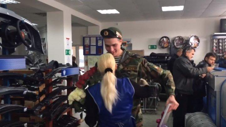 Парень пришел из Армии и приготовил маме сюрприз. Какой молодец!