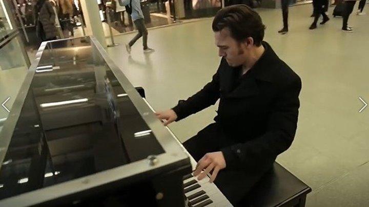 Нереальный пианист собрал толпу за 5 минут