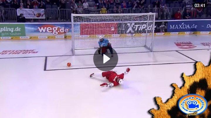 Смешная игра в футбол на льду