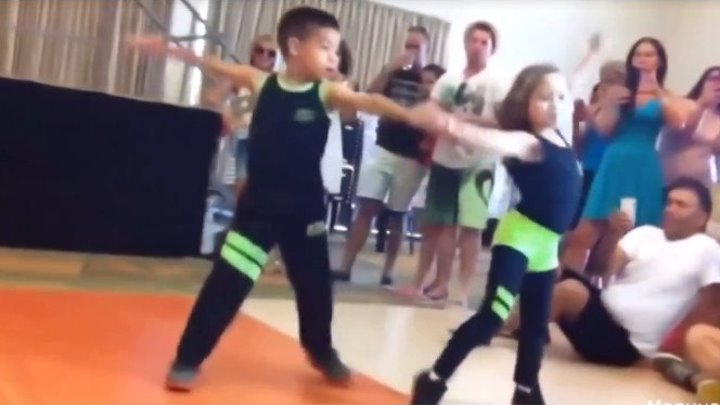 Детишки танцуют не по детски... БРАВО!
