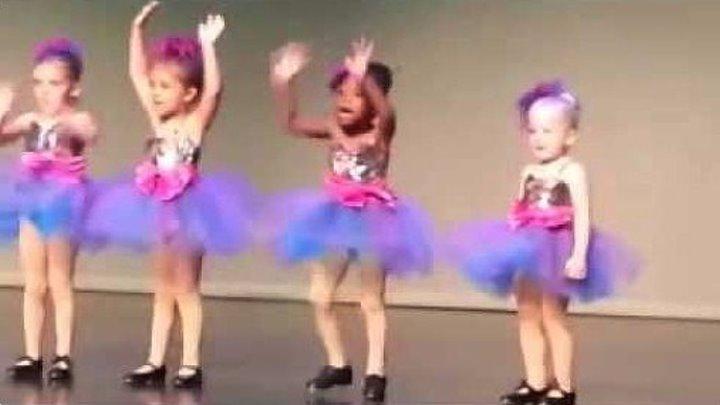 Маленькие куколки танцуют. Потрясающий номер.