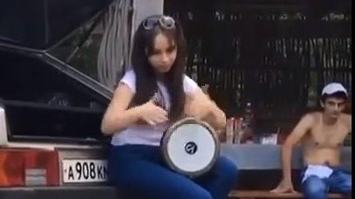Девушка здорово играет на барабане. Супер!