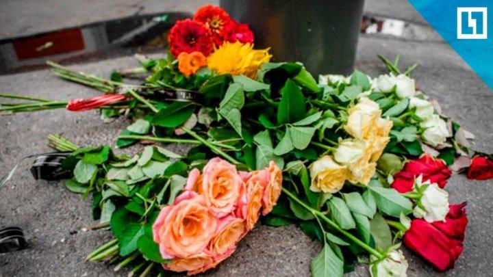 Люди несут цветы к ТЦ в Кемерове