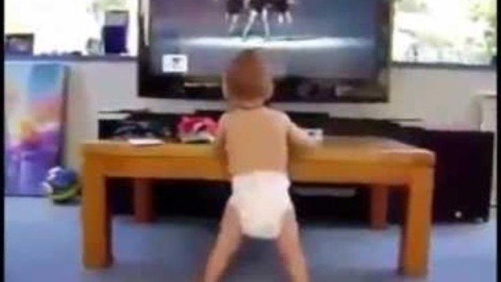 Как дети смешно танцуют!