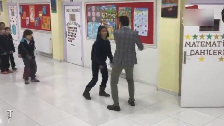 Учитель 80 уровня! А как вас встречали по утрам в школе?