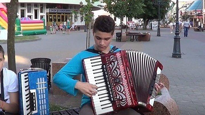 Ребята играют на улице русскую народную мелодию! Молодцы!