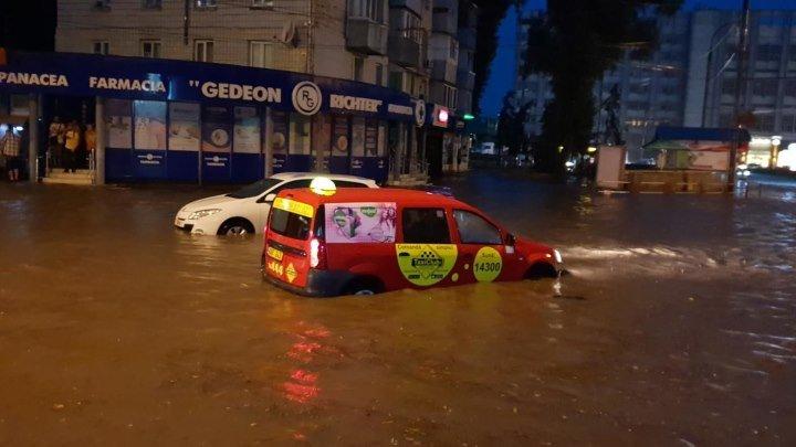 Strada Ion Creangă din capitală a fost inundată.