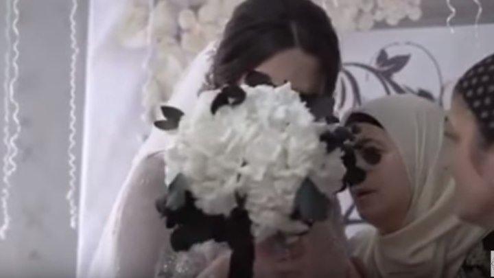 Невеста плачет. Очень трогательный момент, расставание с мамой.