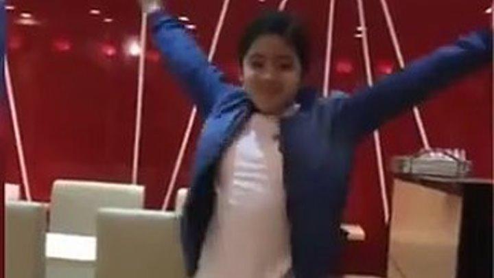 Девочка везде танцует DESPACITO!!! Может, проспорила? Вот это прикол!