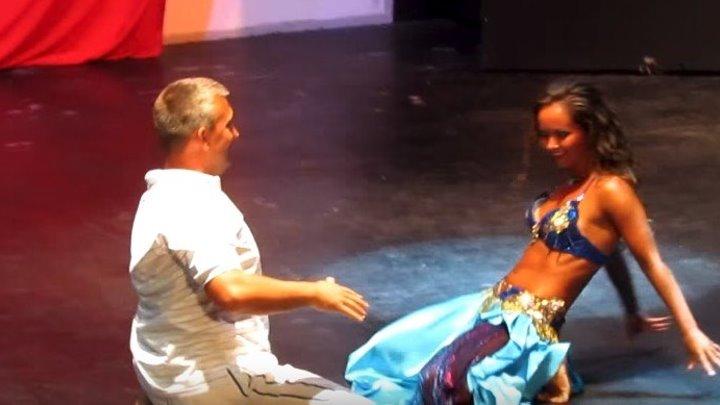 Русский турист танцует с восточной красавицей...)