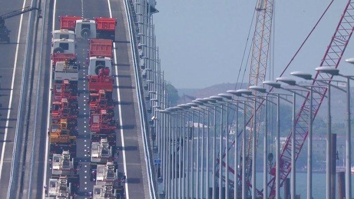 «Поехали!»: Путин за рулём КамАЗа пересёк Керченский пролив по новому мосту