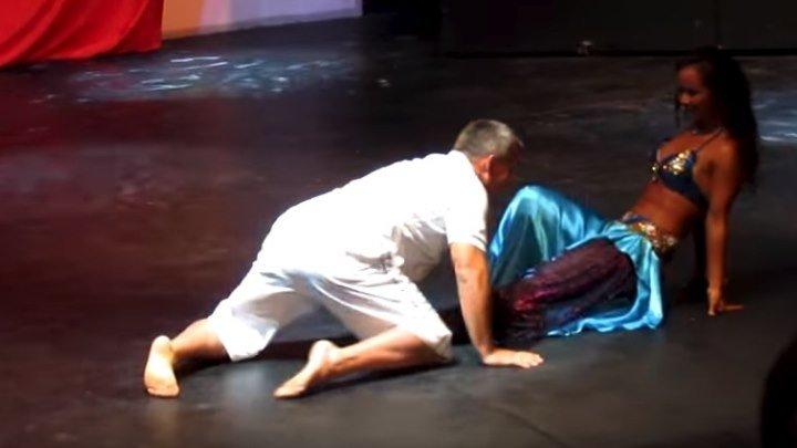 Русский турист танцует с восточной красавицей...!!