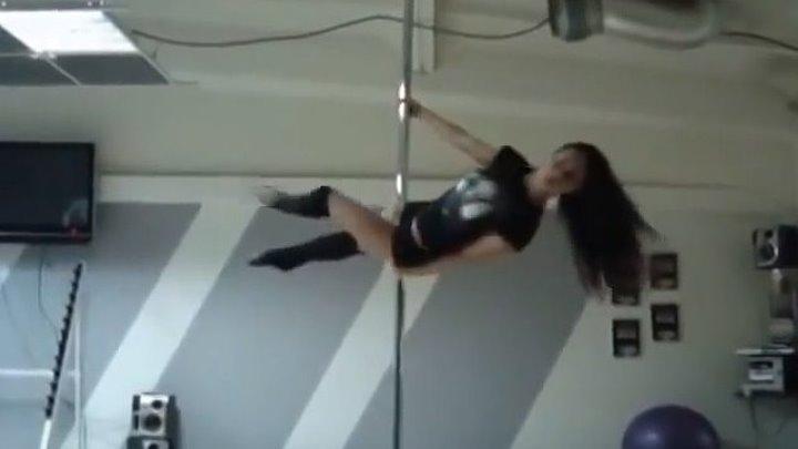 Девушка танцует на шесте. Красота! Какая физическая подготовка!
