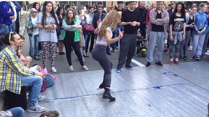 Уличные танцы. Девушка молодчик.