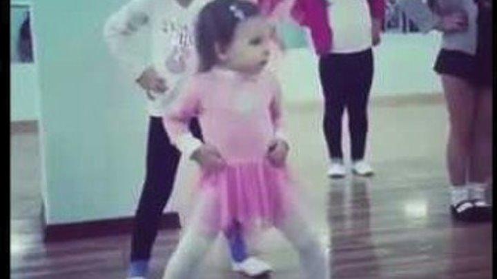 Маленький танцор диско. Девочка отжигает на утреннике.
