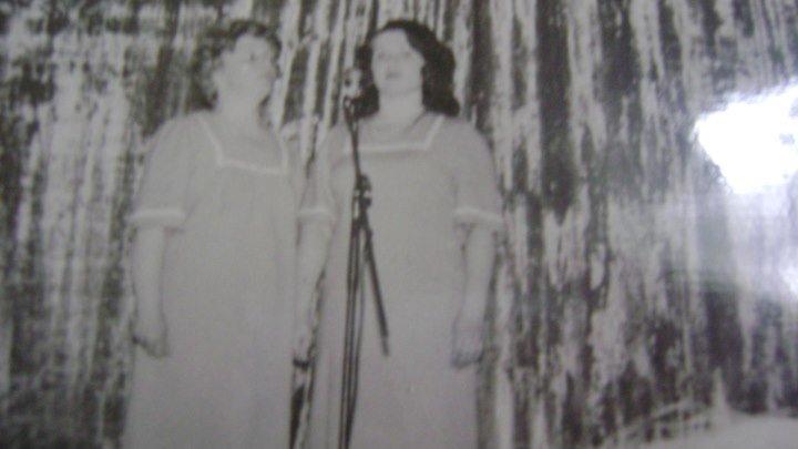 MOV06460 поют сёстры Дорохины песни наших родителей