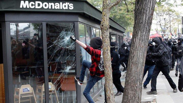 """""""Черный гнев"""": Макрон спровоцировал беспорядки в Париже"""