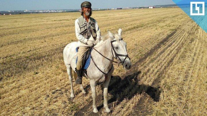 Китаец путешествует по России на лошадях