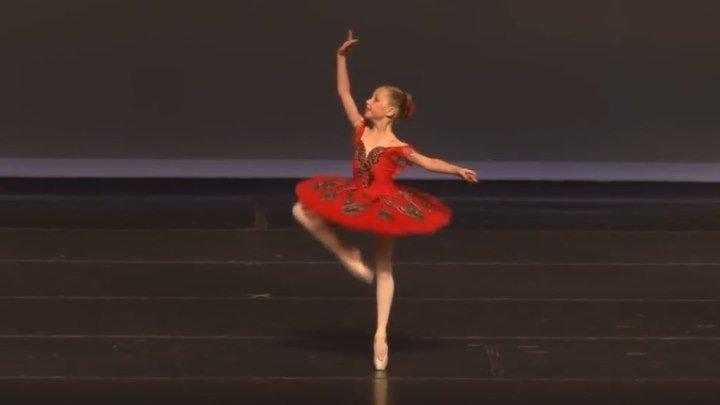 Маленькая балерина! Удивительно танцует!