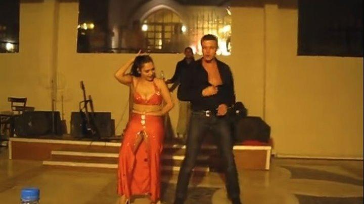 Русский турист сделал восточную девушку по танцам!