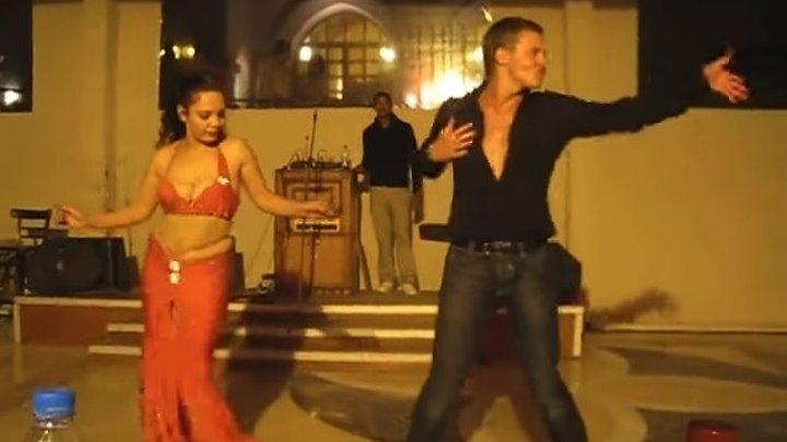 Русский турист зажег с восточной танцовщицей! Красавец!