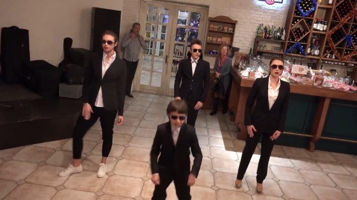 Внуки поздравили бабушку, исполнив собственную песню и танец!!! ЗДОРОВО!!!