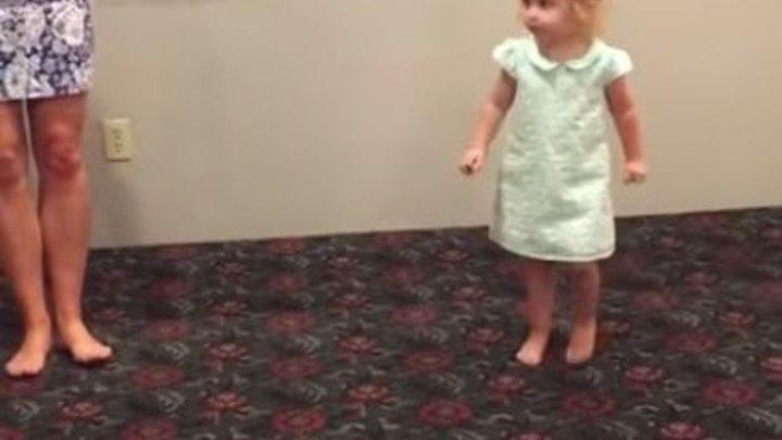 Девчушка в 2 года танцует ирландский танец! Вот это да!!!