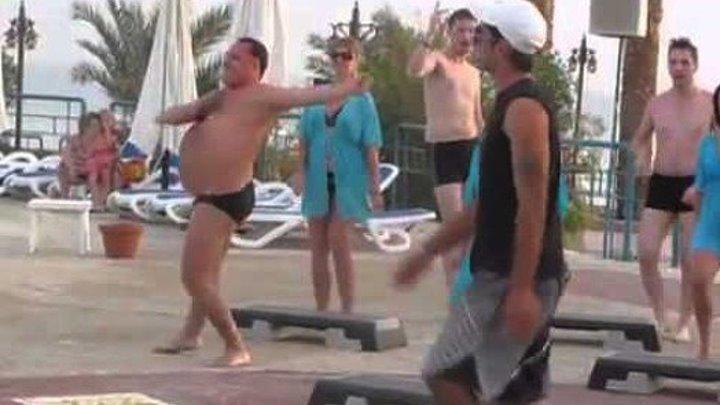 Русский турист собрал толпу, отжигая в Египте!