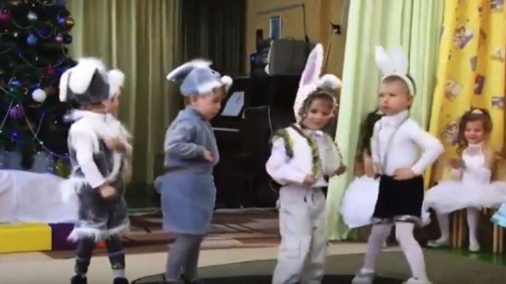 Эти крошки показали супер танец! Очень смешные детки!