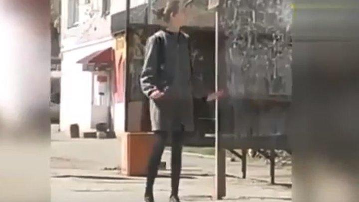 Девушка коротает время в ожидании автобуса!