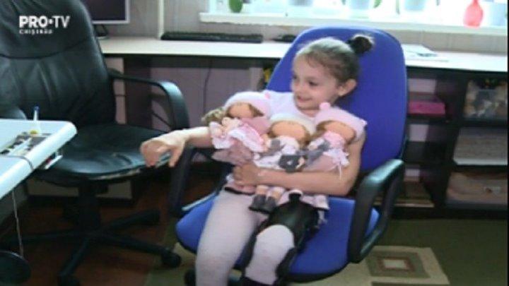 O mama din capitala confectioneaza si vinde papusi pentru a-si salva fetita de 8 ani, care este imobilizata la pat