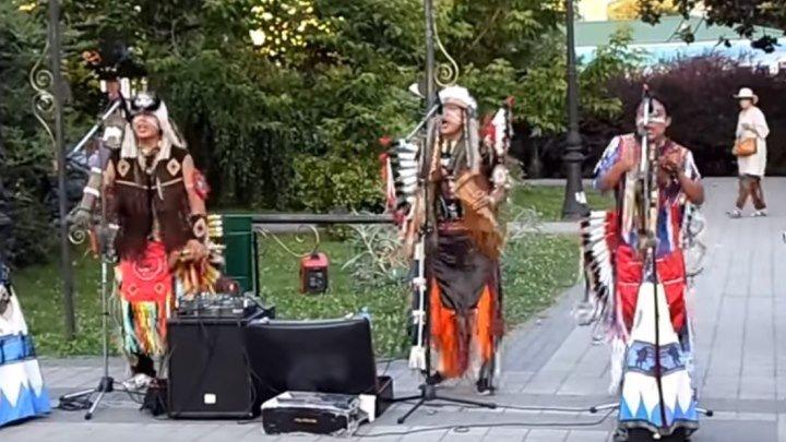 Вот как надо радоваться жизни!!! Танцы с индейцами!!!