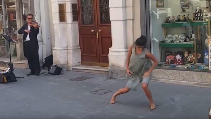 Балерина из Израиля не устояла перед мелодией уличного музыканта в Италии!