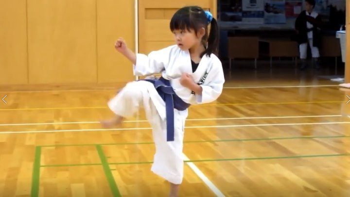 5 тилетняя девочка сдаёт экзамен по каратэ