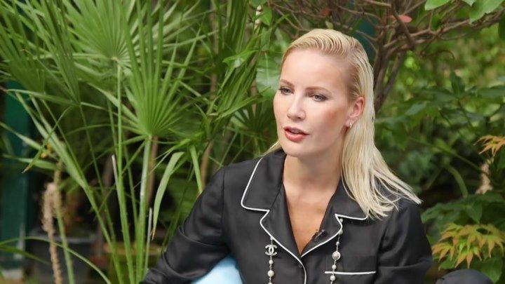 Елена Летучая в пижаме даёт интервью