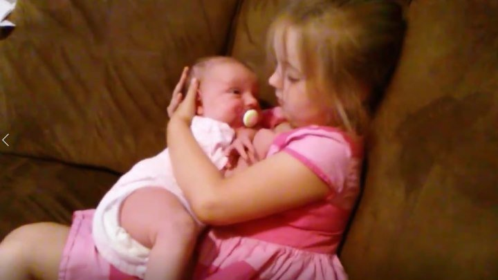 Пятилетняя старшая сестра усыпляет малышку! Чудо!