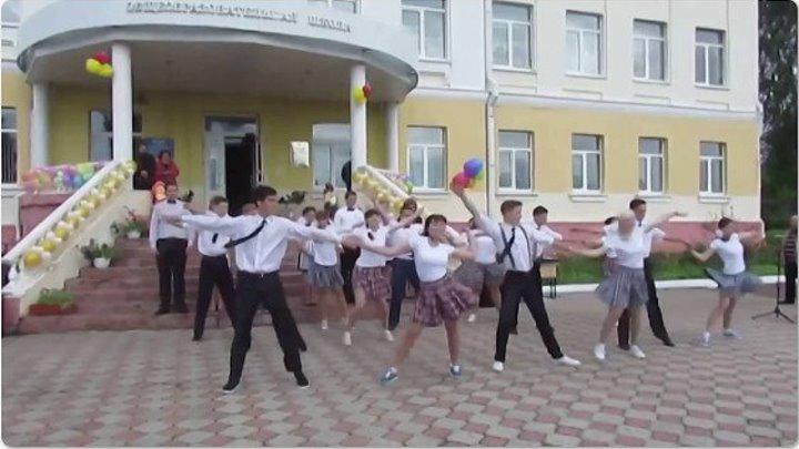 Зажигательный танец ВЫПУСКНИКОВ! А учительница вообще МОЛОДЕЦ!!!