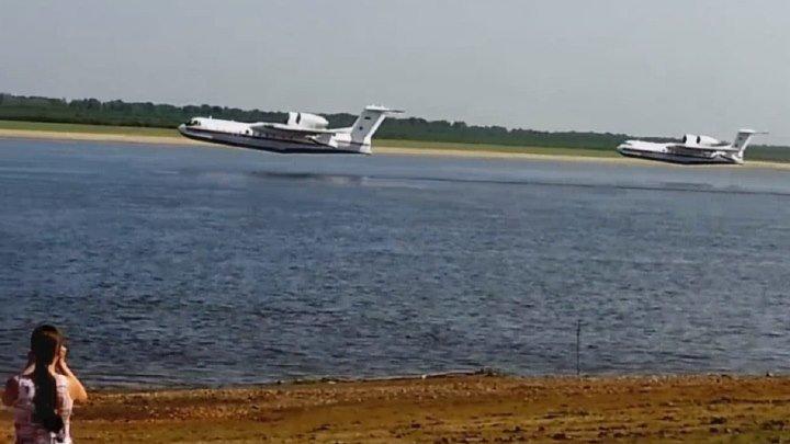 Забор воды на реке Обь пожарными самолетами БЕ-200. Улетное видео