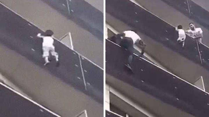 Мигрант спас малыша, совершив головокружительный подъем по балконам в Париже.