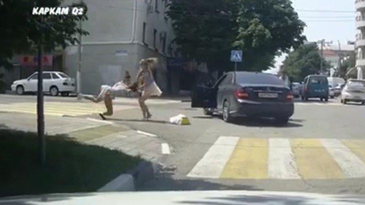 Дорожный конфликт с участием женщин перерос в драку на улице в Новороссийске