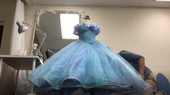 Дизайнер шьёт платье Золушки