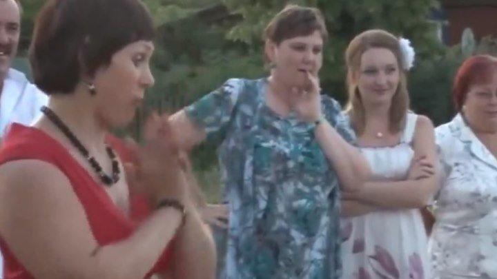 Прикольно девка танцует